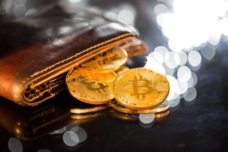 Золотые монетки Bitcoin с бумажником Виртуальная концепция cryptocurrency стоковая фотография rf