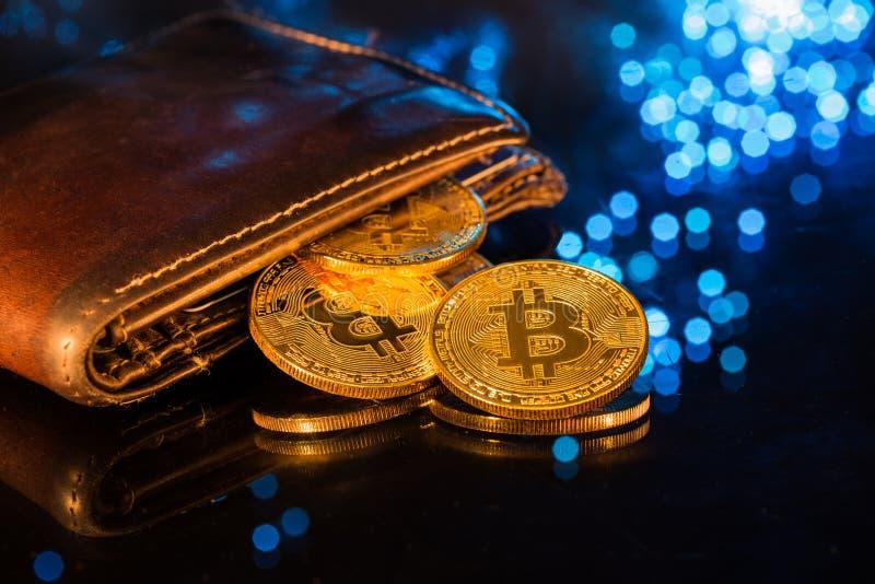 Золотые монетки Bitcoin с бумажником Виртуальная концепция cryptocurrency стоковые фото