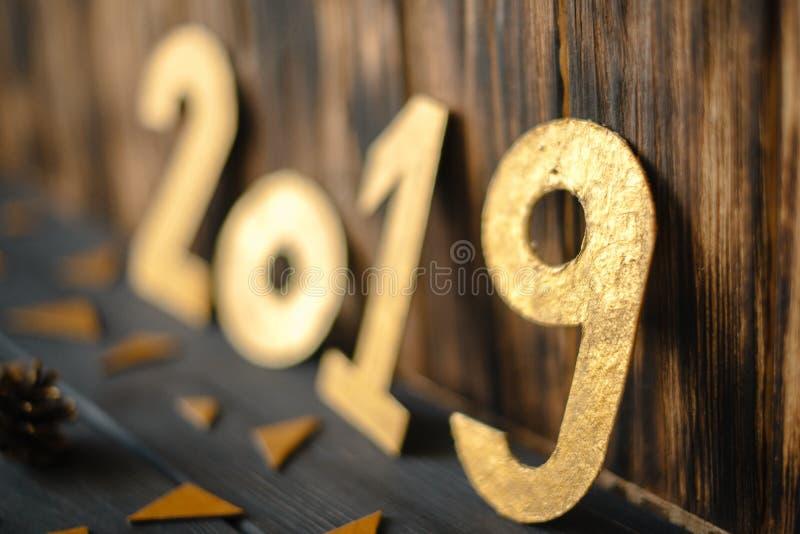 Золотые 2019 на деревянной старой предпосылке стоковое фото rf