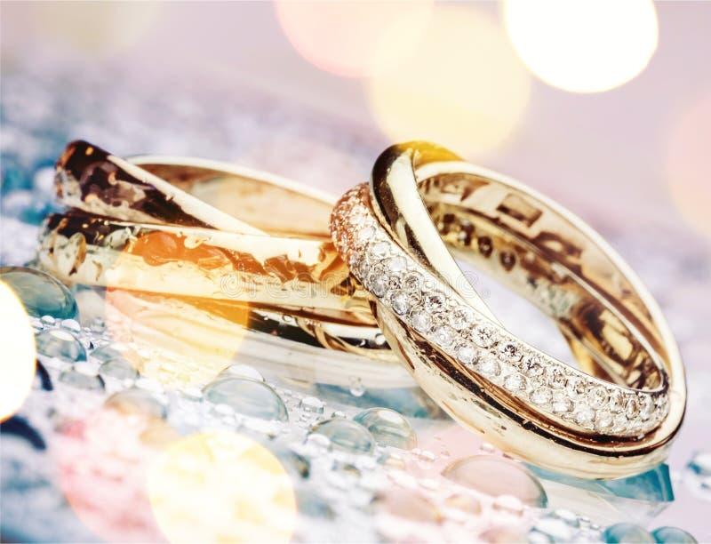 Золотые обручальные кольца, взгляд конца-вверх стоковая фотография rf