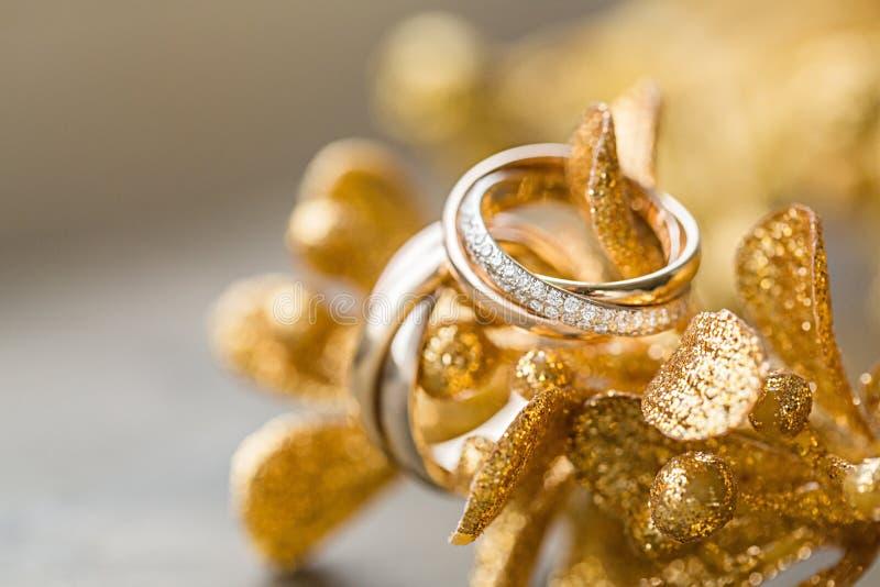 Золотые обручальные кольца, взгляд конца-вверх стоковые изображения