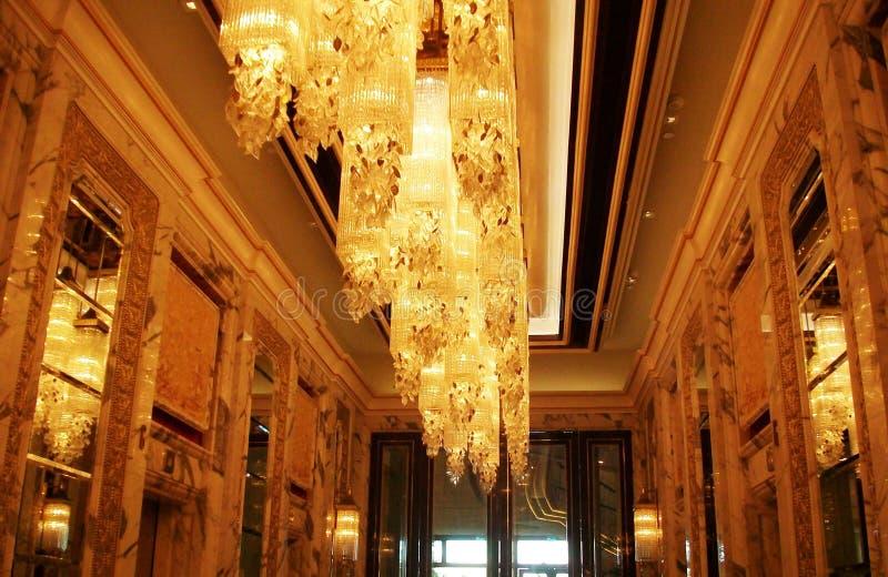Золотые причудливые света гостиницы люстры стоковое изображение