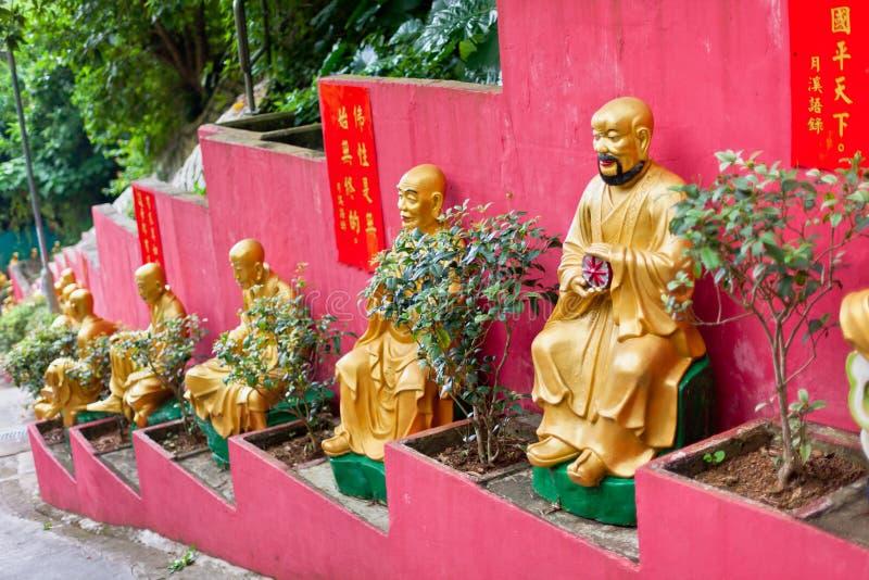 Золотые статуи в монастыре в Гонконге стоковые изображения rf