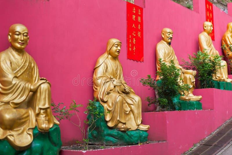 Золотые статуи в монастыре в Гонконге стоковые изображения