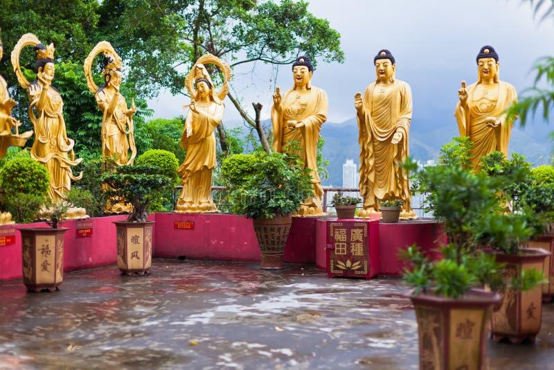 Золотые статуи в монастыре в Гонконге стоковая фотография
