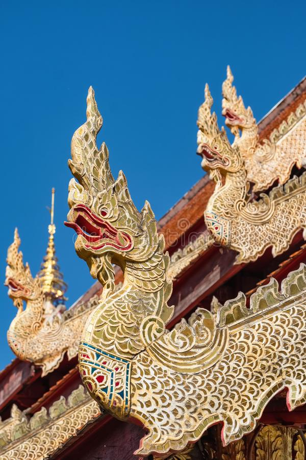 Золотые статуи дракона на крыше буддийского виска в Таиланде стоковые фотографии rf