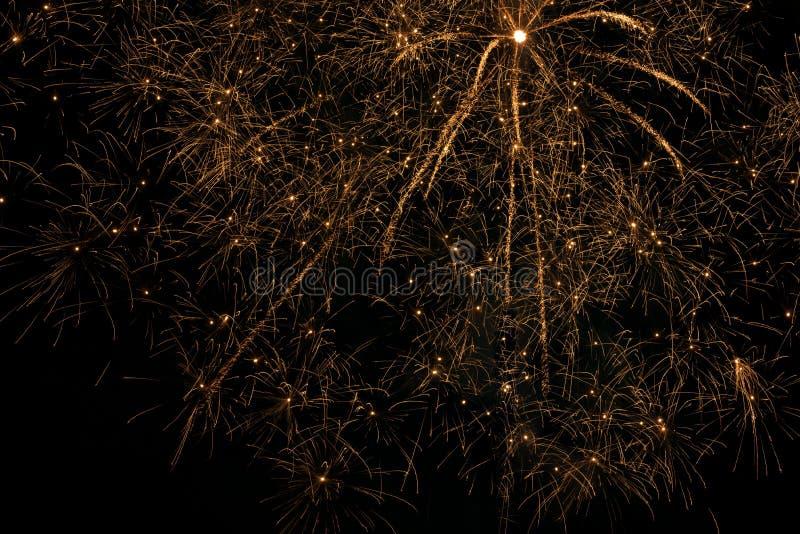 Золотые фейерверки в небе стоковые изображения