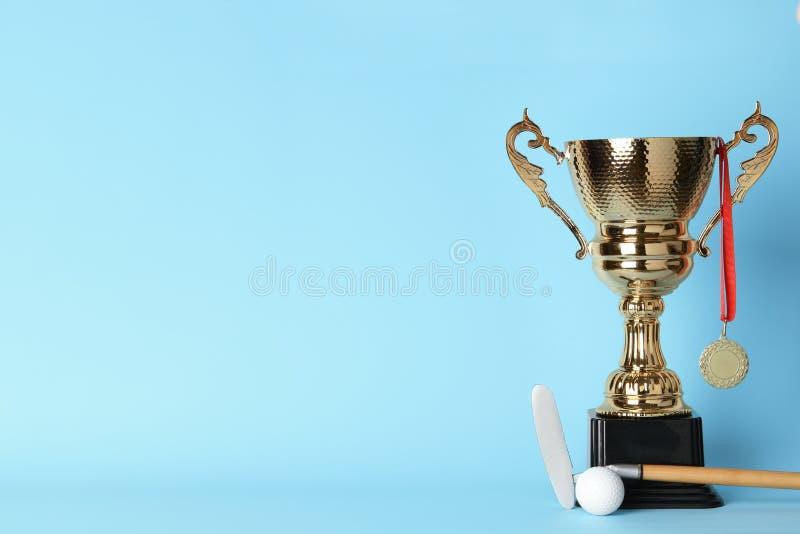 Золотые чашка, медаль, гольф-клуб и шарик трофея   стоковые фотографии rf