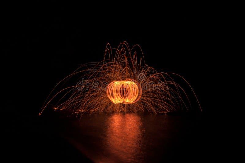 Золотые шерсти провода закручивая в темноту на озере стоковое фото rf