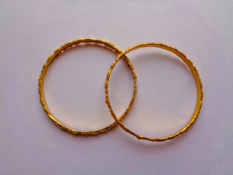 Золотые bangles для someone& x27; подарок s стоковая фотография