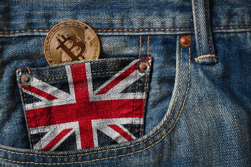 Золотые BITCOIN & x28; BTC& x29; cryptocurrency в карманн джинсов с стоковые фото