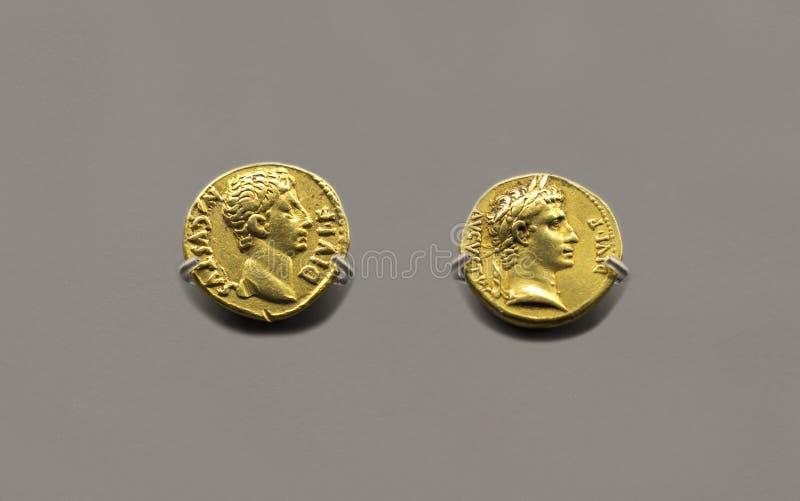 2 золотых монетки императора Augustus стоковые фото