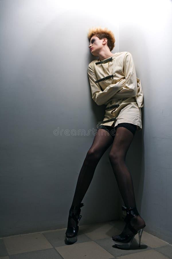 зомби серой комнаты девушки страшное стоковое фото rf