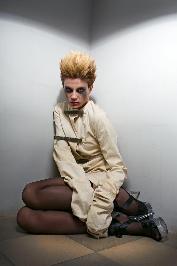 зомби серой комнаты девушки страшное стоковое изображение rf