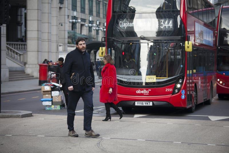 Зона около улицы Ливерпуля в полдень в backlight Спешность людей о их деле Восточный Лондон Люди пересекают дорогу стоковое изображение
