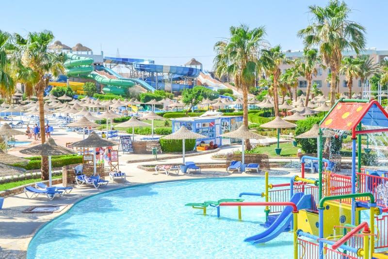 Зона парка aqua детей со слайдерами и бассейном стоковые фотографии rf
