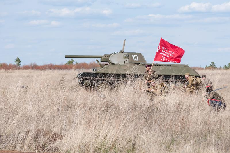2018-04-30 зона самары, Россия Командир с знаменем водит в сражение советских солдат Реконструкция hostil стоковое изображение rf