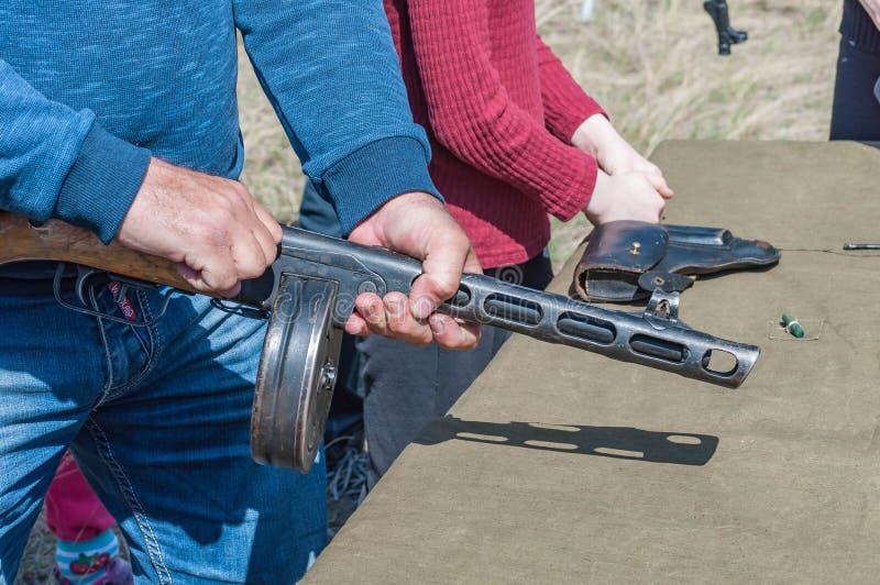 2018-04-30 зона самары Собрание тренировки оружий для реконструкции бой второго мира стоковые изображения rf