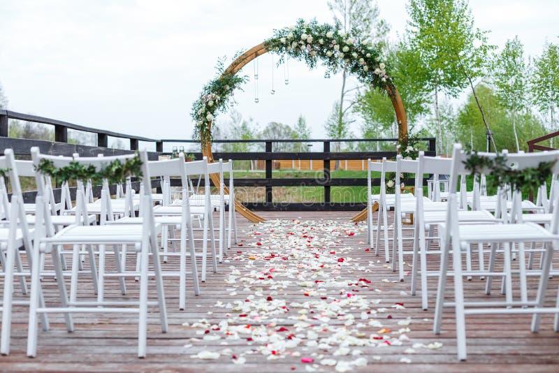 Зона свадебной церемонии в лесе, около реки на пристани стоковое фото rf