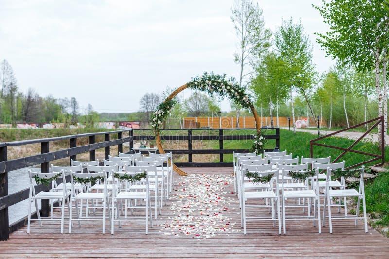 Зона свадебной церемонии в лесе, около реки на пристани стоковое фото