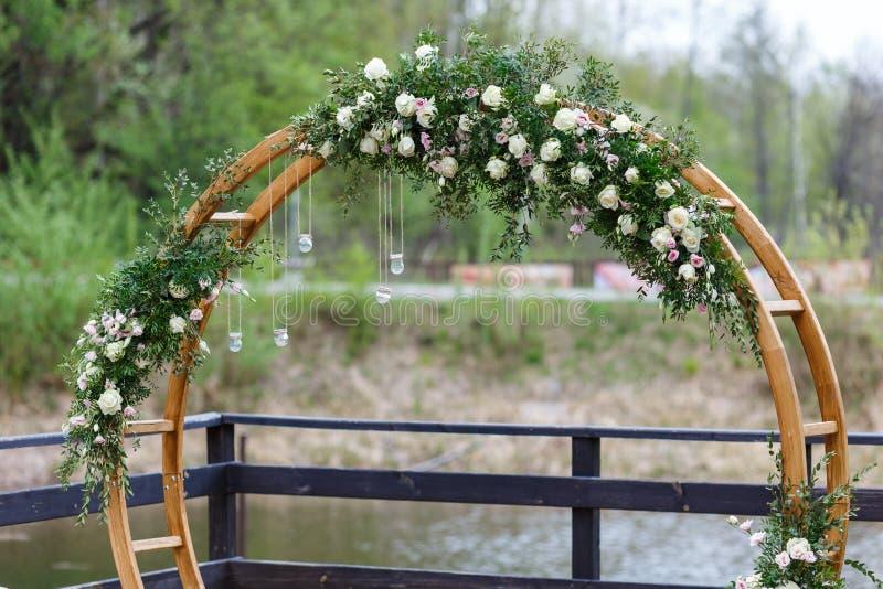 Зона свадебной церемонии в лесе, около реки на пристани стоковое изображение