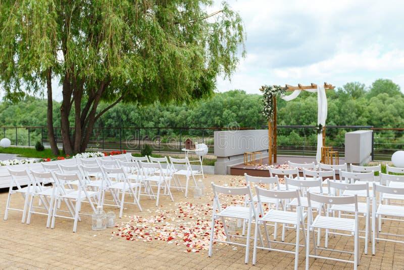 Зона свадебной церемонии около реки на пристани Деревянное rect стоковые фотографии rf