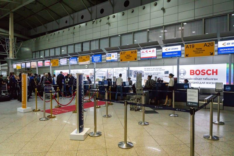 Зона счетчика регистрации отклонения авиапорта Алма-Аты терминальная стоковые фотографии rf
