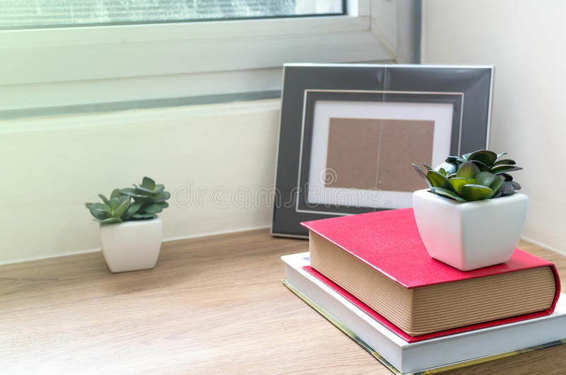 Зона таблицы деятельности с книгой на деревянных таблице, прожитии и bedro стоковое фото