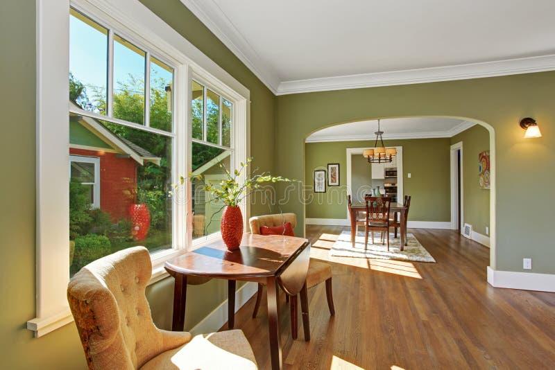 Зона усаживания окном с таблицей и стульями стоковая фотография rf