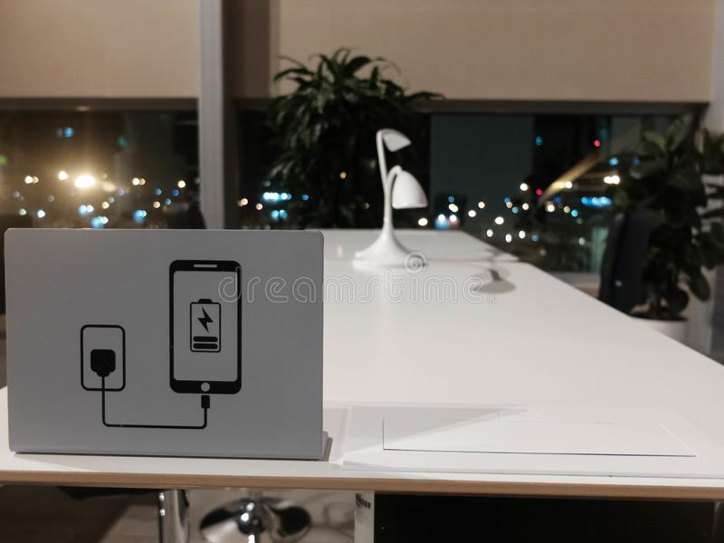 Зона Coworking в аэропорте Белый стол, черные стулья, поручает ваш знак прибора на рабочем столе стоковые фотографии rf