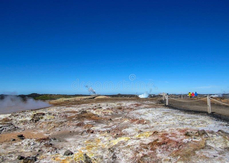 Зона Gunnuhver геотермическая - suvÃk ½ KrÃ, Seltun, глобальное Geopark, геотермическая активная область в Исландии стоковые фотографии rf