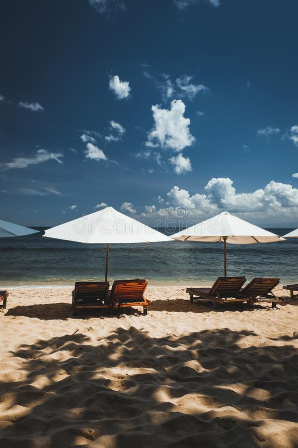 Зонтики вдоль пляжа стоковая фотография rf