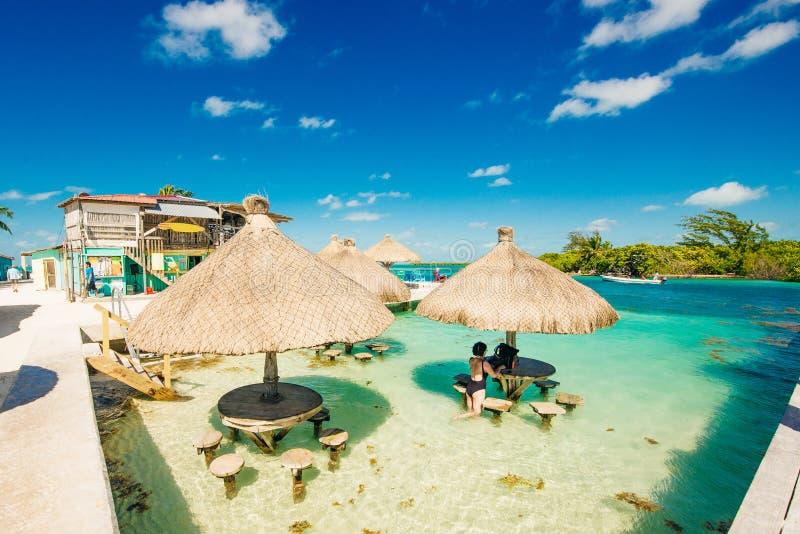 Зонтики в острове Белизе воды стоковое фото rf