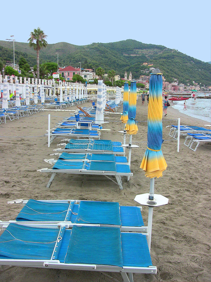 Зонтики и кресла для отдыха пляжа Laigueglia стоковые изображения rf
