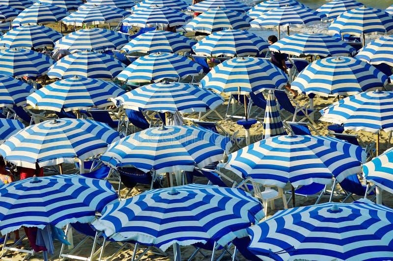 Зонтики пляжа Италия стоковые изображения