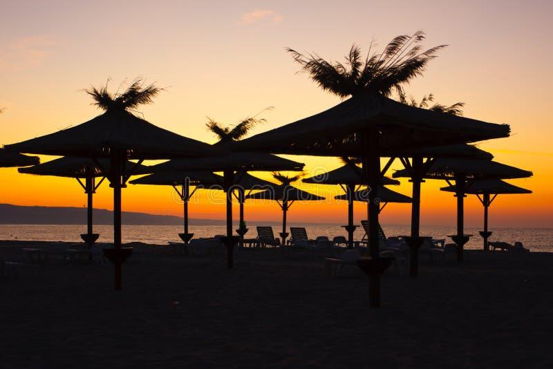 Download зонтики стулов пляжа стоковое изображение. изображение насчитывающей остальные - 18391533