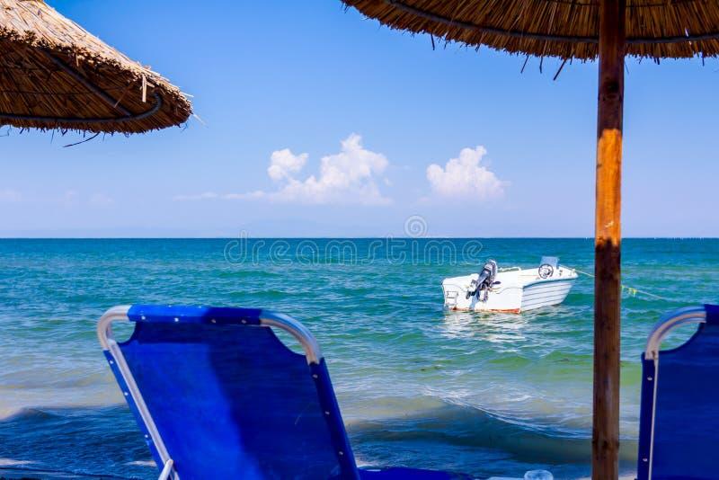 Зонтики с loungers, фаэтоном помещены рядом с береговой линией стоковые изображения