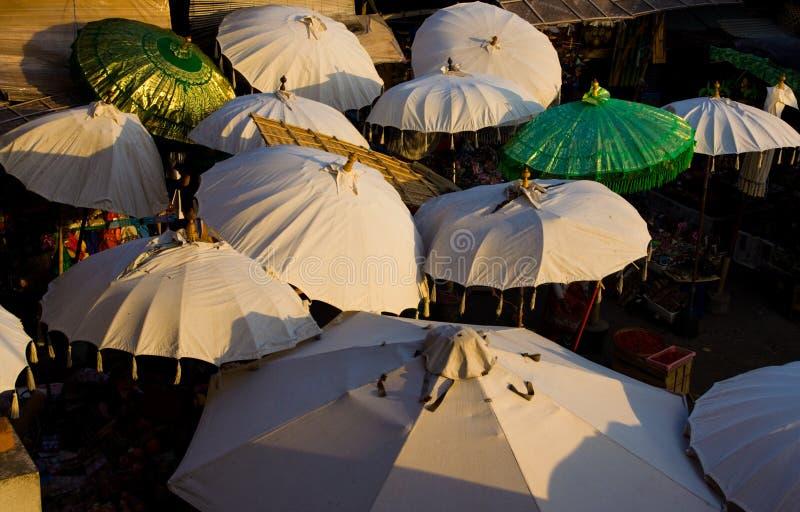 зонтики тени рынка bali стоковые фотографии rf