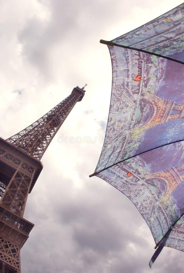 зонтик башни eiffel paris стоковые фотографии rf