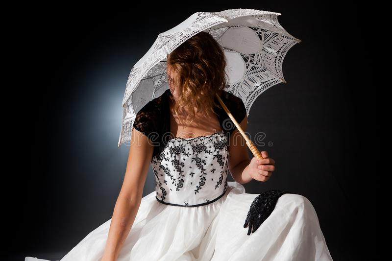 Зонтик викторианской ramantic женщины сказки сидя стоковая фотография rf