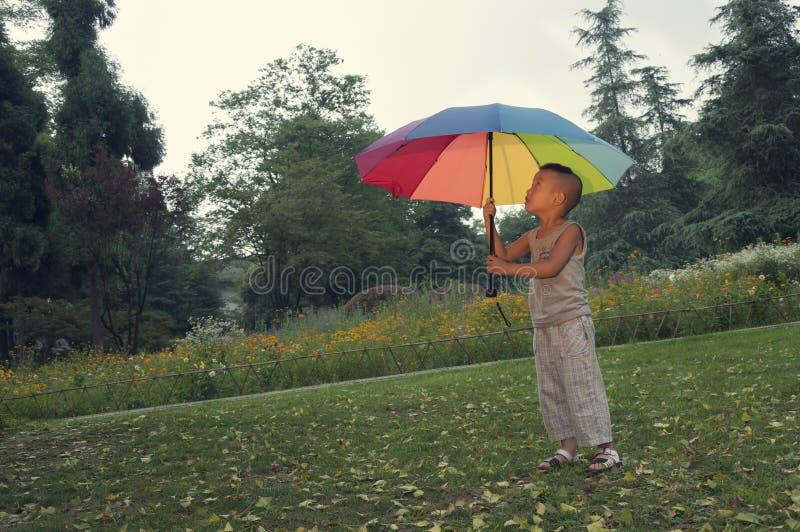 Зонтик владением мальчика стоковая фотография rf