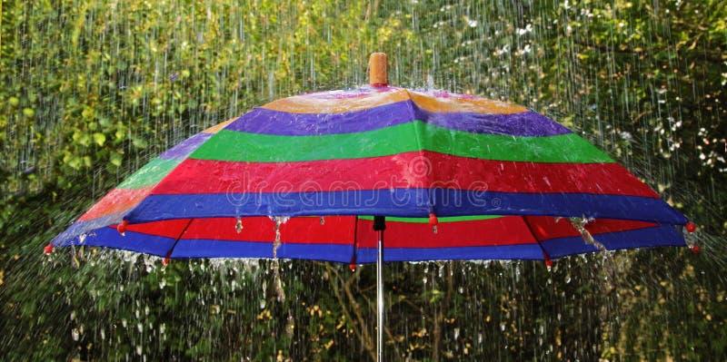 Зонтик в проливном дожде стоковые фотографии rf