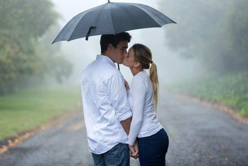 Зонтик влюбленности пар стоковые изображения rf