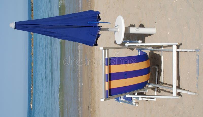 зонтик голубого стула пляжа закрытый стоковая фотография