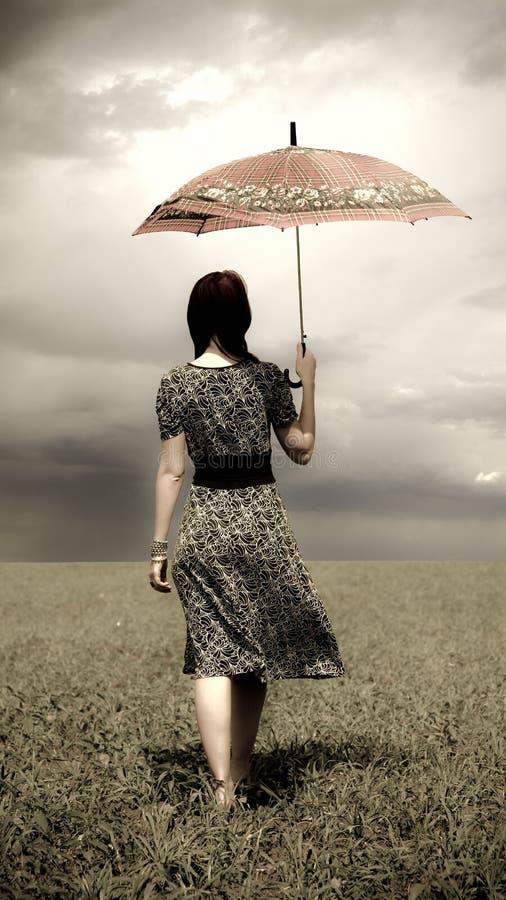 зонтик девушки поля стоковые фотографии rf