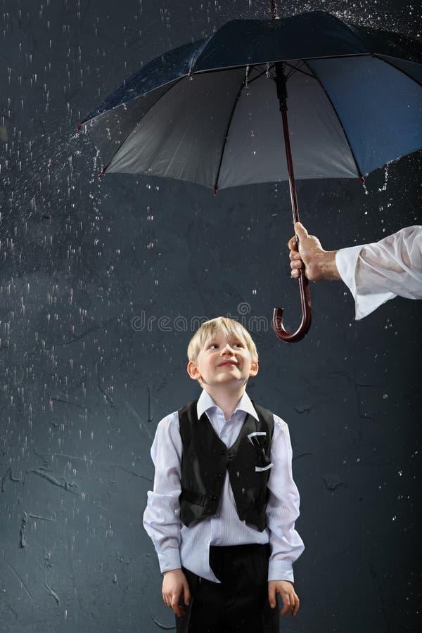 зонтик дождя мальчика стоящий вниз стоковые фотографии rf