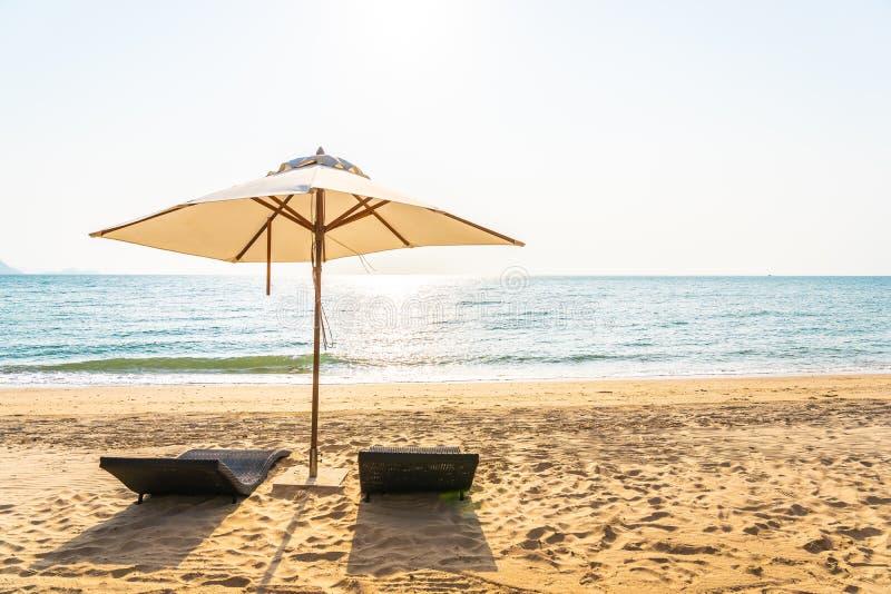 Зонтик и гостиная стула на красивом океане моря пляжа на небе стоковая фотография