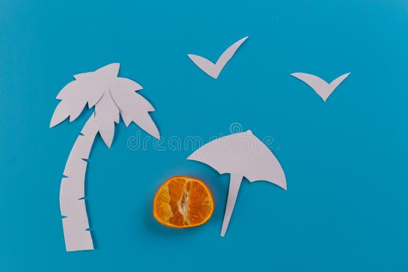 зонтик и пальмы пляжа стоковые изображения
