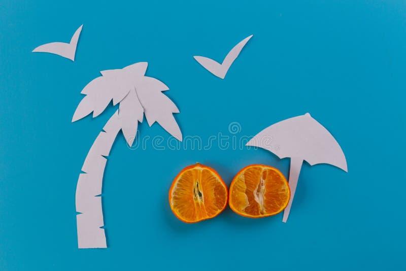 зонтик и пальмы пляжа стоковое изображение rf