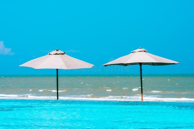 Зонтик и стул вокруг пляжа океана моря бассейна neary с голубым небом и белым облаком стоковое изображение